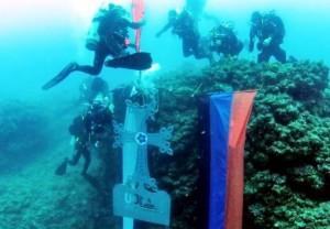 Cruz Armenia fue colocada bajo el agua en el Líbano en memoria de los armenios que murieron por ahogamiento en ríos y mares durante el Genocidio Armenio