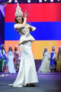 """(Español) Una armenia, la """"mujer más linda de los países postsoviéticos"""""""