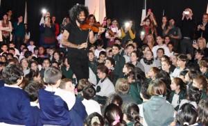 Extraordinario encuentro del violinista Ara Malikian con alumnos de las escuelas armenias y la presencia del ministro Avelluto
