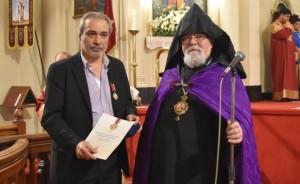 Condecoración al presidente del Centro Armenio de Argentina, Carlos Varty Manoukian