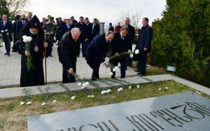Los líderes armenios rinden homenaje a los héroes de Artsaj en el panteón de Yerablur