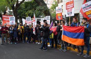 (Español) La comunidad armenia acompañó la marcha kurda a la embajada turca de protesta contra Erdogan